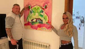 Tina Paulus malt für die Promis Caroline und Andreas Robens